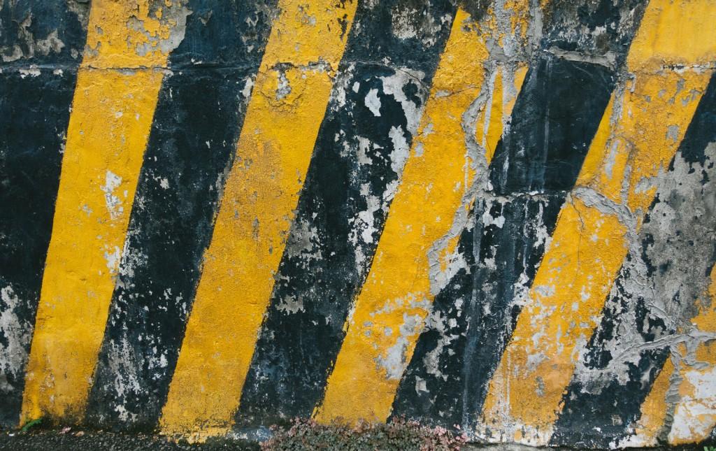 注意喚起 黄色と黒色の壁